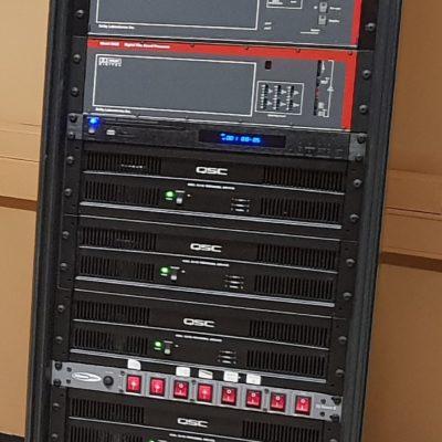 Le rack son et ses amplificateurs haut de gamme pour un son bi-amplifié d'une grande pureté.