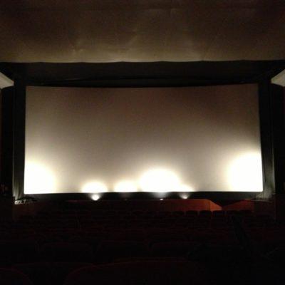 Fin des années 90' un écran plat est placé devant l'écran courbe et cache à présent la scène.
