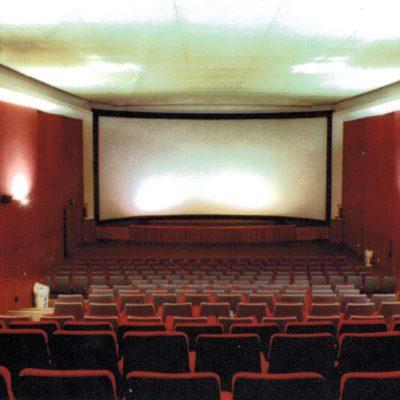 La salle en 1983 avec des fauteuils de l'ancien cinéma Plaza de Bruxelles.