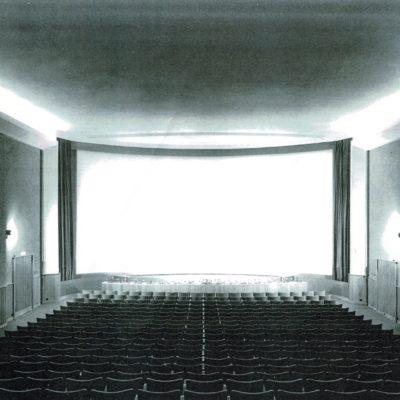 Dans les années 70' un immense écran courbe sera installé.