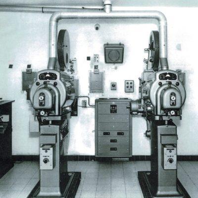 La cabine et ses projecteurs Bauer B12.