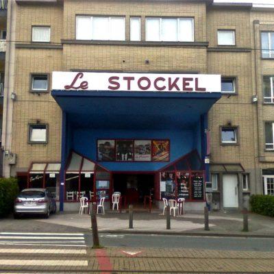 Avec la construction de 2 petites surfaces commerciales, la belle façade est bien peu reluisante depuis 1986.