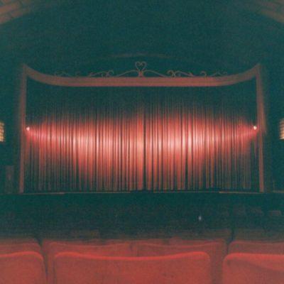C'est avec de jolis rideaux de scène ainsi que le placement de luminaires venant d'un ancien ciné de Woluwé Saint Lambert que le ciné reprend du service le 29 mars 1991