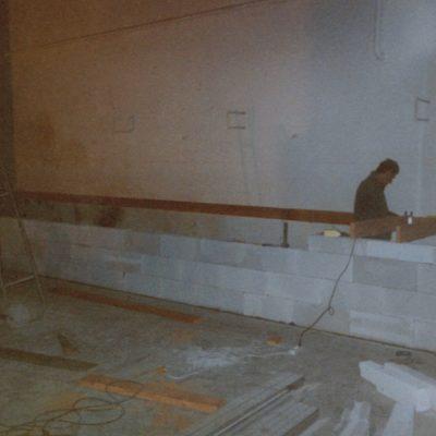 La reconstruction d'une scène qui sera suivie par l'isolation des murs, l'écran, la déco, etc