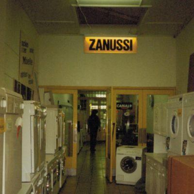 Le long couloir menant à la salle proposait une belle sélection de machines à laver