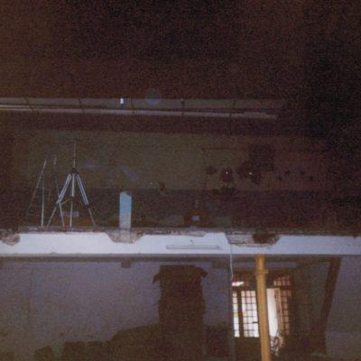 Les travaux débutent par l'installation d'un faux-plafond en dalles noires 120/60 cm