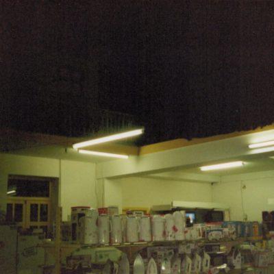 Dans la salle, sous un éclairage blafard, une multitude de frigos et thermos derniers-cri !
