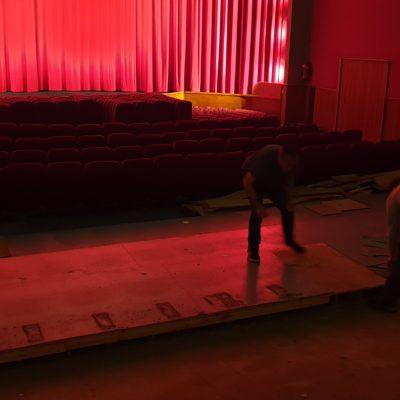 Un défi fou: en 1 mois jour pour jour, transformer tout l'intérieur de la salle ! Ici, on démonte les fauteuils et les gradins...