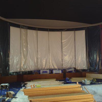L'écran et les tentures de scène protégés de la poussière durant les travaux
